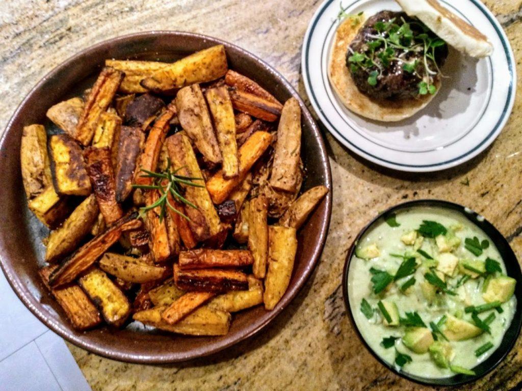 Burger, sweet potatoes & avocado dip